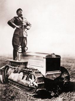 Benito_Mussolini_in_piedi_su_un_cingolo_FIAT