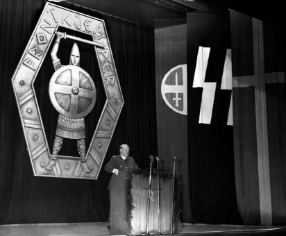 Oslo desember 1943. Ministerpresident Vidkun Quisling overrekker frontkjemperne et frontkjempemerke i Klingenberg kino. FRONTKJEMPER. Foto:  NTB scanpix