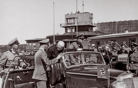 Knut Hamsun bei der Ankunft auf dem Flughafen Fornebu, 28. 06. 1943.Hamsun begruÌÃt Terboven und steigt in den Wagen des Reichskommissars